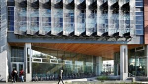 prédio com painel solar